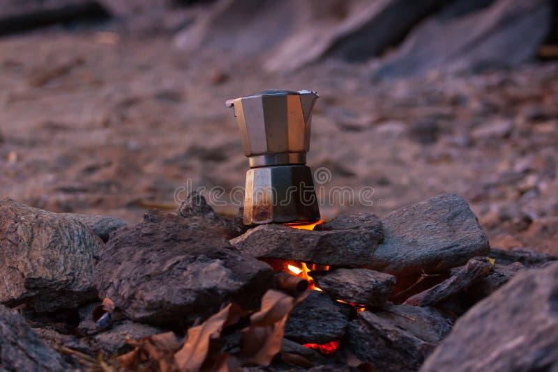 Framställning av en kopp kaffe på stranden royaltyfri foto