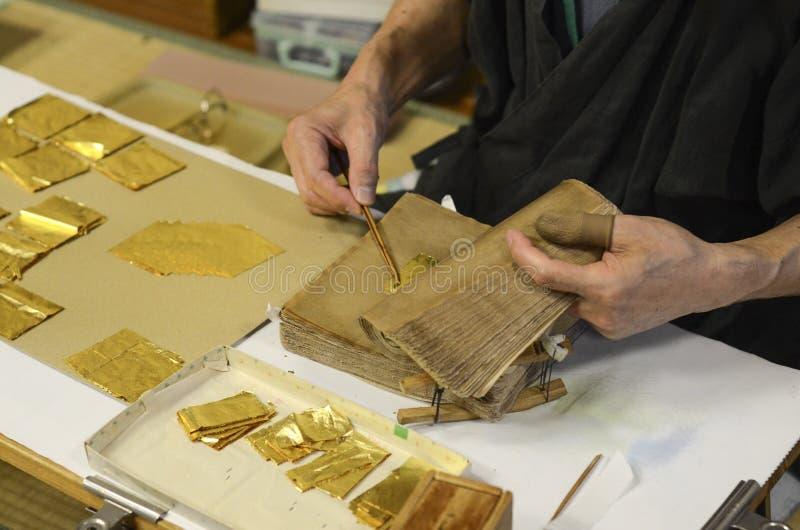 Framställning av guld- folie fotografering för bildbyråer