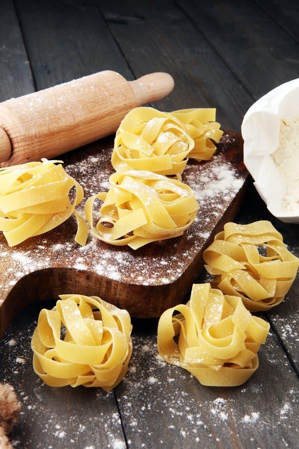 Framställning av hemlagad pastalinguine på det lantliga köksbordet med flou arkivbild