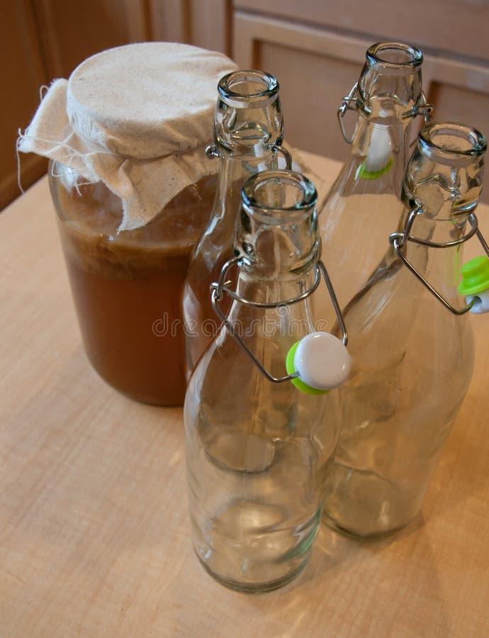 Framställning av hemlagade Kombucha drinkar arkivbild