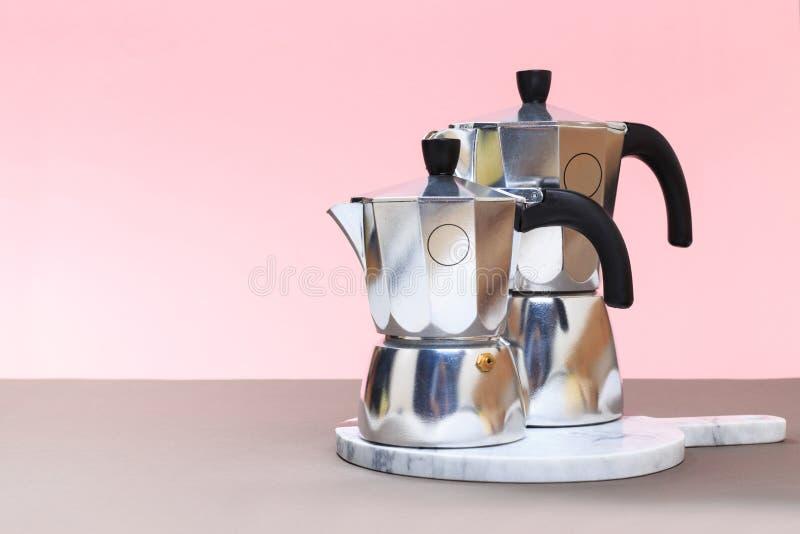 Framställning av italiensk kaffetradition vid mokakrukan arkivfoto