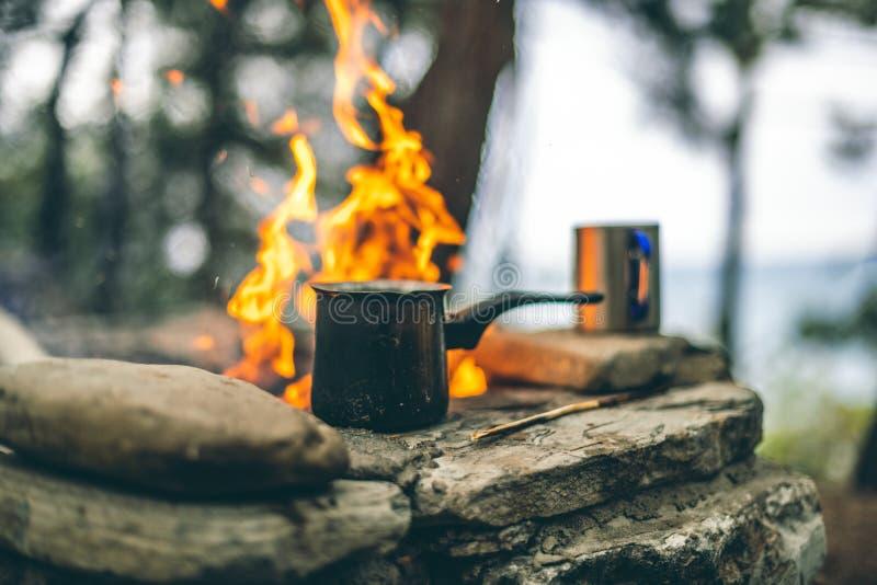 Framställning av kaffe i cezve på spisen, när campa eller fotvandra kaffe p? l?gereld arkivbilder