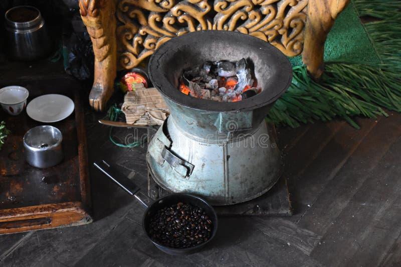 Framställning av litet grupperingskaffe i Etiopien royaltyfri foto
