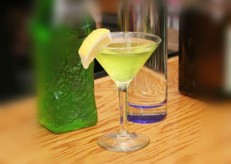 framställning av martini royaltyfri bild