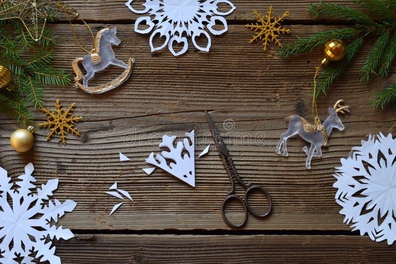Framställning av pappers- snöflingor med dina egna händer Children& x27; s DIY Begrepp för glad jul och för nytt år Moment 2 Klip royaltyfri fotografi