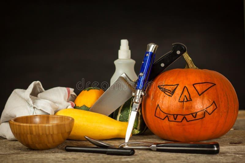 Framställning av stålarnolla-lyktan snida pumpa Urholka ut en läskig pumpa för att förbereda den halloween lyktan royaltyfri fotografi