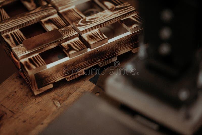 Framställning av träaskar Handgjort begrepp Clouse upp royaltyfria foton
