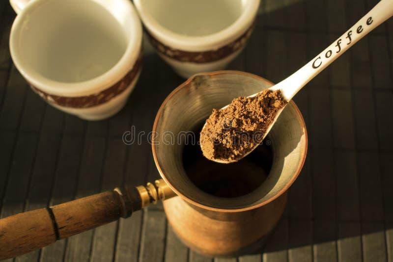 Framställning av traditionell grek/av turkiskt svart kaffe på turk Coffe arkivbild