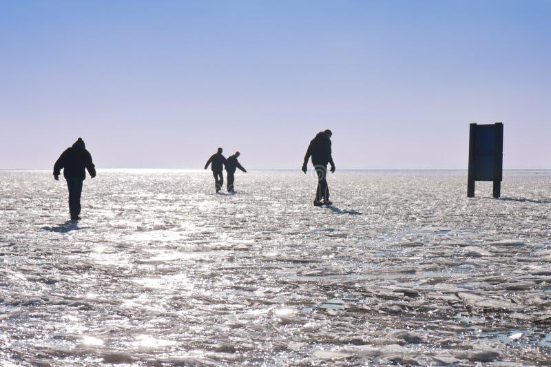 framställning för lake försiktiga fyra för pojkar går djupfryst fotografering för bildbyråer