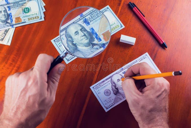 Framställning fejkar pengar Dra process av förfalskade pengar royaltyfria foton