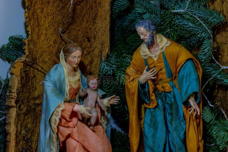 Framställningen av den heliga familjen, oskulden Mary som rymmer barnet Jesus och bredvid St Joseph royaltyfri foto