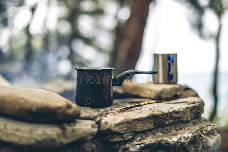 Framst?llning av kaffe i cezve p? spisen, n?r campa eller fotvandra kaffe p? l?gereld arkivfoton