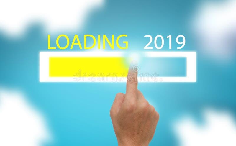Framstegstångshow päfyllningen trenden av det nya året 2019 på blå himmel med cloundbakgrund arkivfoto