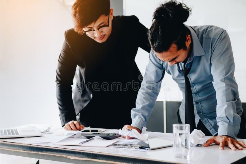 Framstickande som ropar till anställd medan felarbete arkivfoto