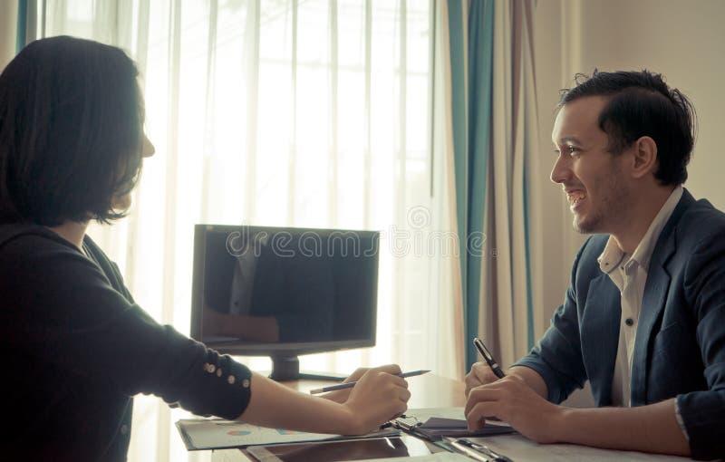 Framstickande som skrattar, medan intervjua det manliga sökandet arkivbilder