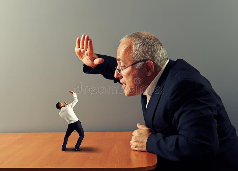Framstickandet är ilsket på dålig anställd royaltyfria foton