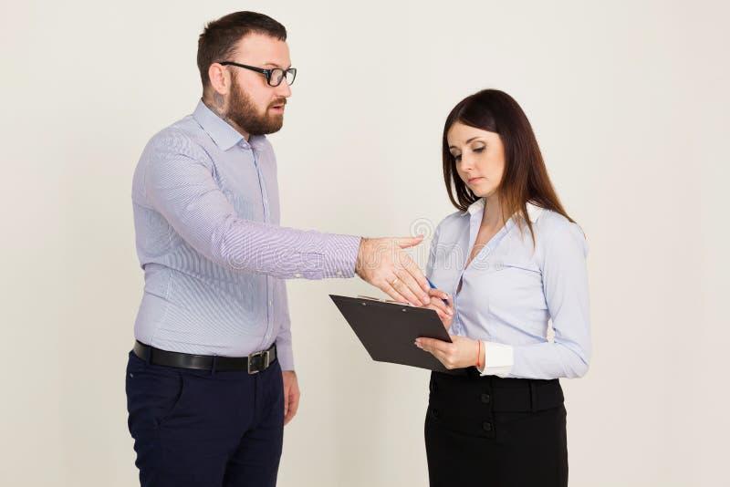 Framstickandet berättar arbetaren vad för att göra i kontoret royaltyfri fotografi