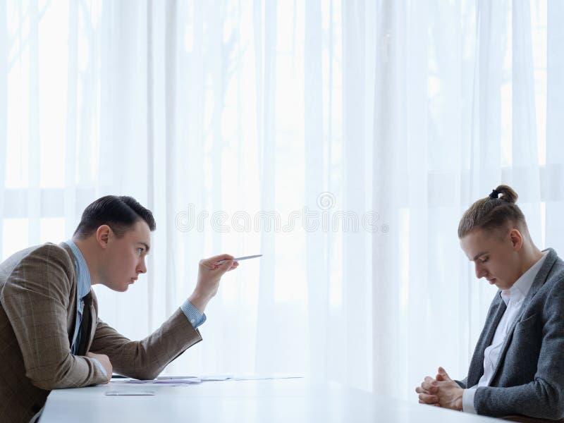 Framstickandet grälar på utskällning för tillrättavisning för anställdaffärsman royaltyfri bild