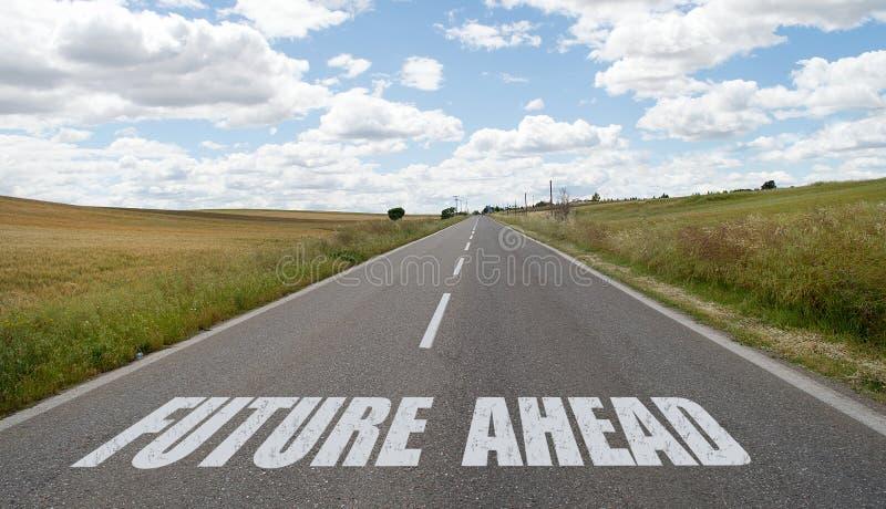 Framtid framåt som är skriftlig på vägen arkivbild