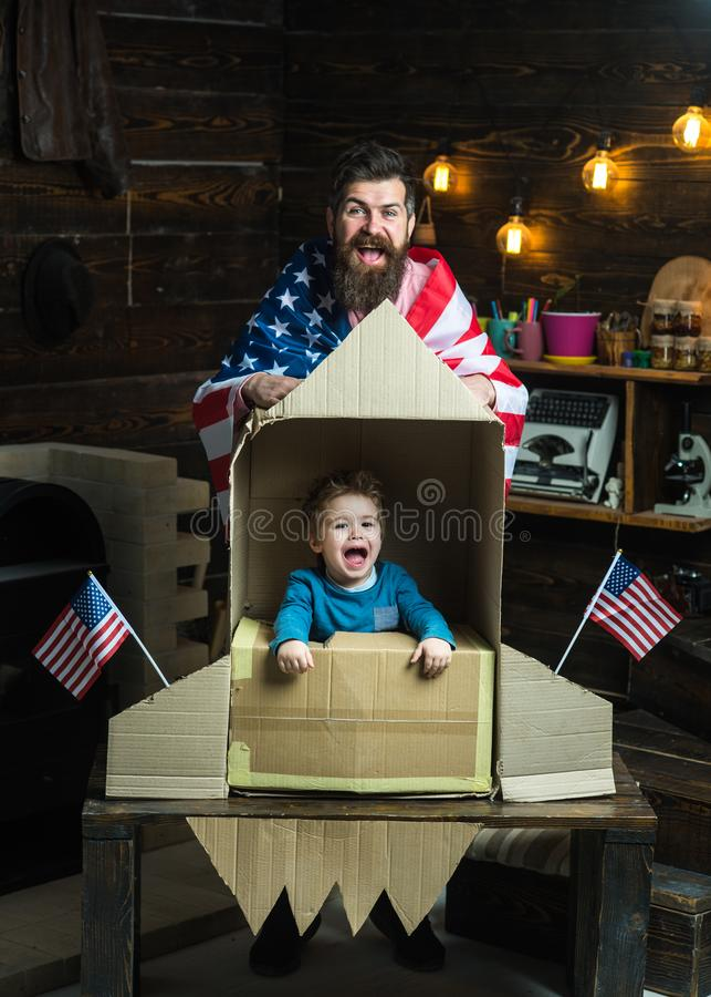 Framtid med den lyckliga familjen på självständighetsdagen av USA framtid som drömmer om karriär i Amerika royaltyfria foton