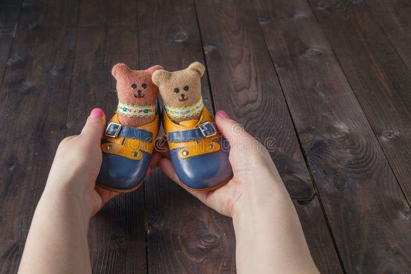 Framtid uppfostrar att rymma ett par av små skor royaltyfri bild