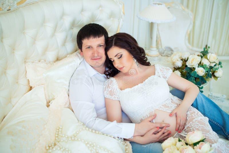 Framtida barnföräldrar som väntar på en behandla som ett barn royaltyfri fotografi