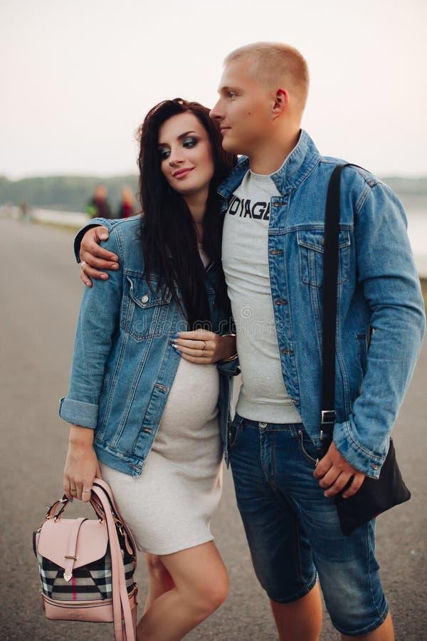 Framtida förälder som tillsammans går, i ny luft och att skratta royaltyfria bilder