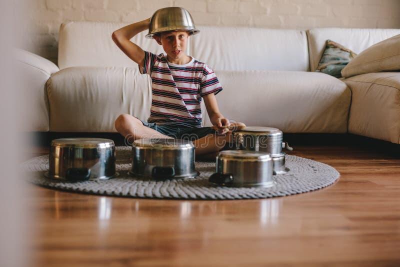 Framtida handelsresandepojke med att laga mat krukor hemma royaltyfria foton