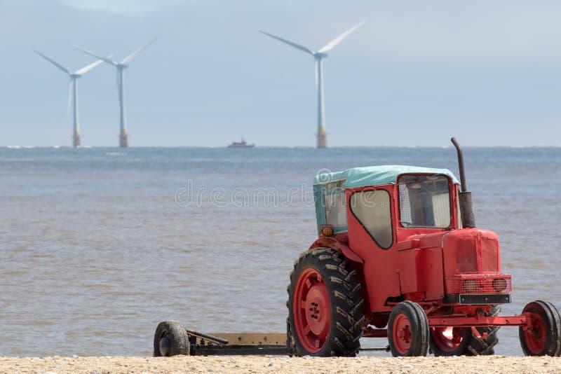 Framtiden av energiproduktion Röd diesel- traktor framme av arkivbild