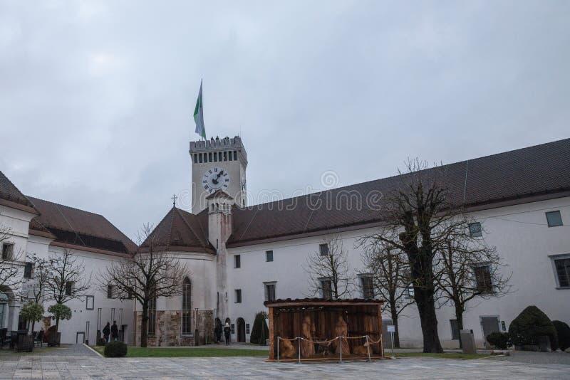 Framtidsutsikttorn som tas från den inre borggården av den Ljubljana slotten under en molnig regnig dag royaltyfria bilder