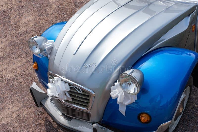 França-Bernay - 1º DE MAIO DE 2019: O chevaux clássico do deux de Citroen 2CV estacionou em um estacionamento antes do passeio ve fotos de stock