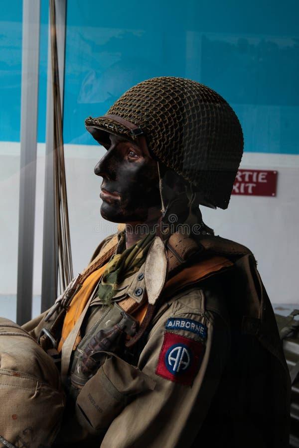 França, Normandy, o 6 de junho de 2011 - manequim do paramilitar americano durante a aterrissagem dos aliados em Normandy fotografia de stock