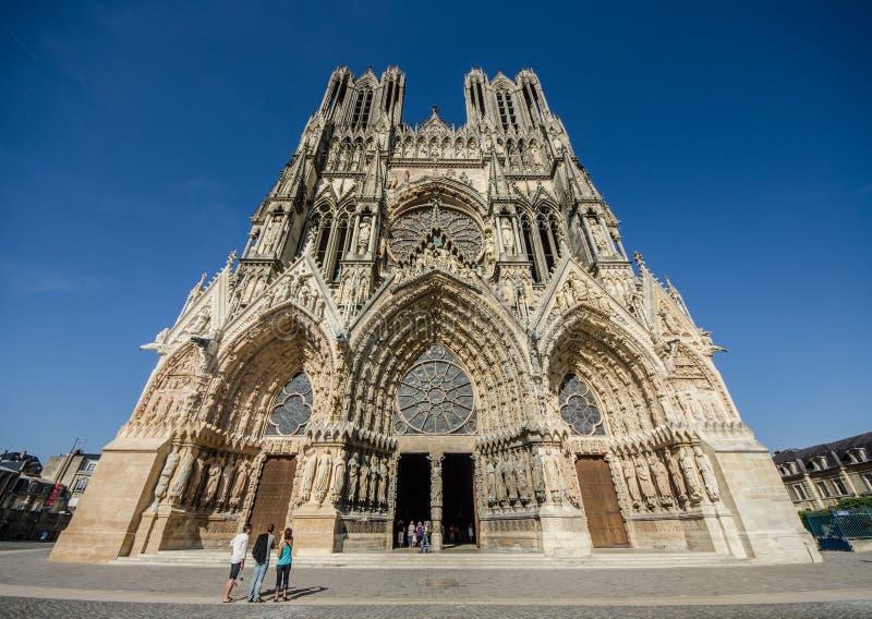FRANÇA REIMS 2018 AGOSTO: vista da fachada do cathedrale de reims É o assento da arquidiocese de Reims, onde os reis fotos de stock royalty free