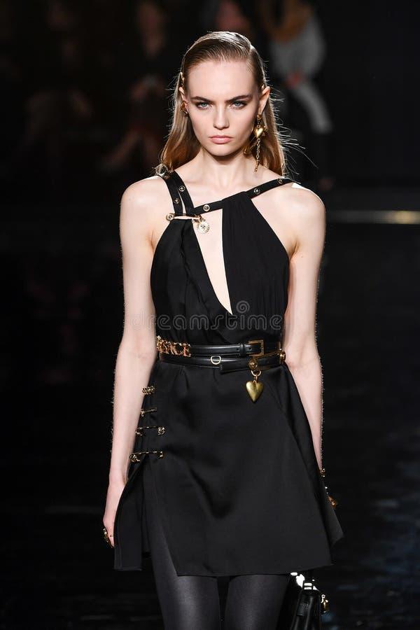 Fran Summers går landningsbanan på den Versace Pre-nedgång 2019 samlingen royaltyfri fotografi