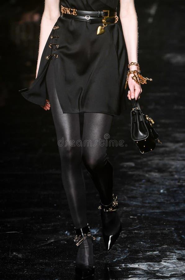 Fran Summers går landningsbanan på den Versace Pre-nedgång 2019 samlingen royaltyfria bilder