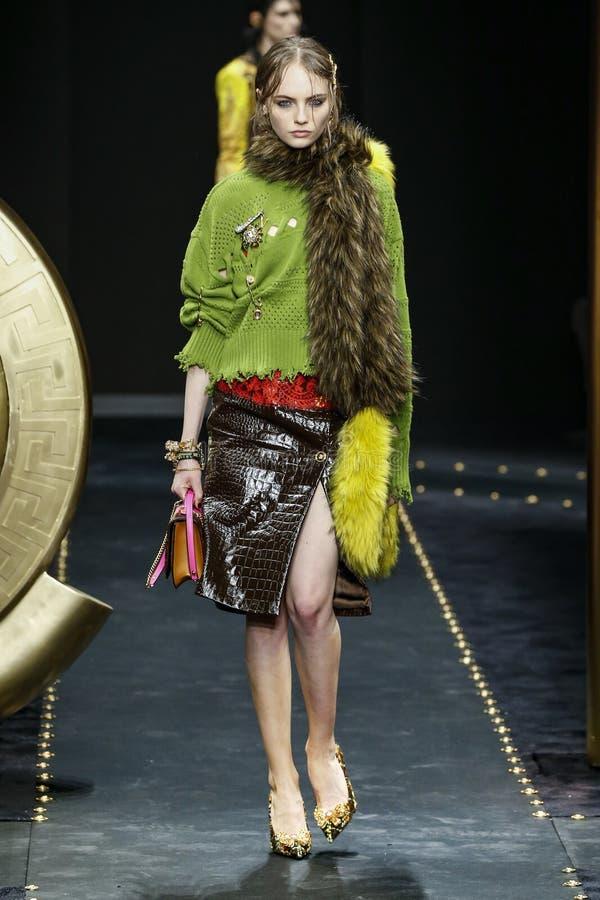 Fran Summers går landningsbanan på den Versace showen på Milan Fashion Week Autumn /Winter 2019/20 royaltyfri foto
