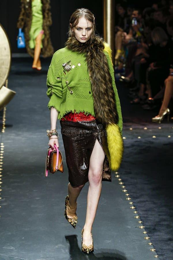 Fran Summers går landningsbanan på den Versace showen på Milan Fashion Week Autumn /Winter 2019/20 royaltyfria bilder