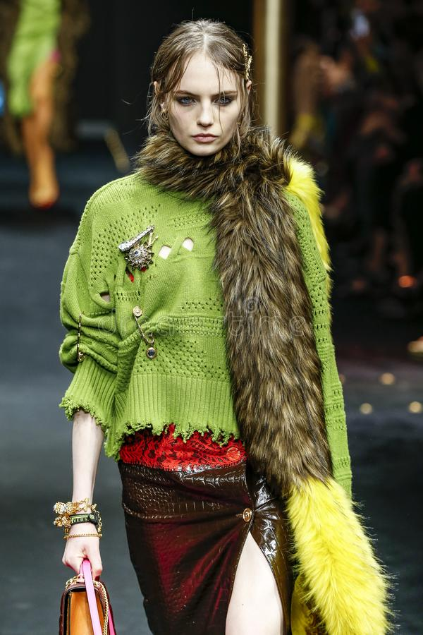 Fran Summers går landningsbanan på den Versace showen på Milan Fashion Week Autumn /Winter 2019/20 arkivbilder