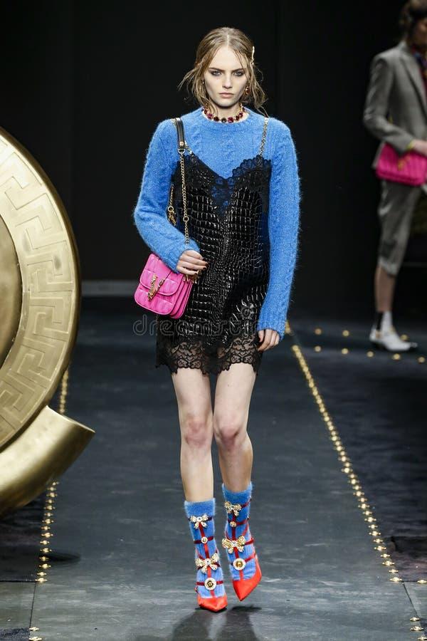 Fran Summers går landningsbanan på den Versace showen på Milan Fashion Week Autumn /Winter 2019/20 arkivfoto