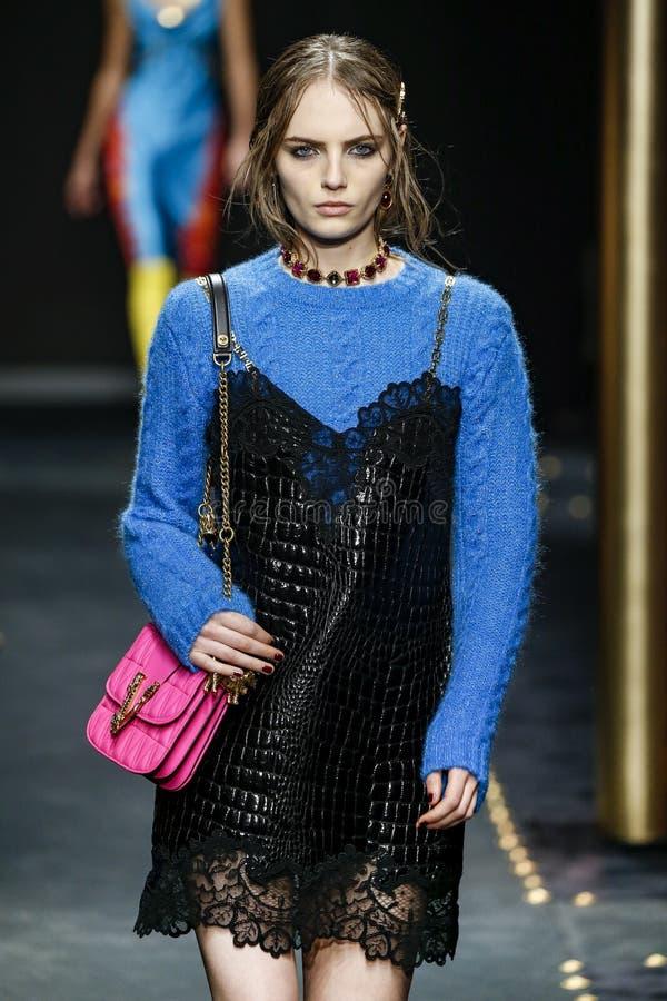 Fran Summers går landningsbanan på den Versace showen på Milan Fashion Week Autumn /Winter 2019/20 arkivbild