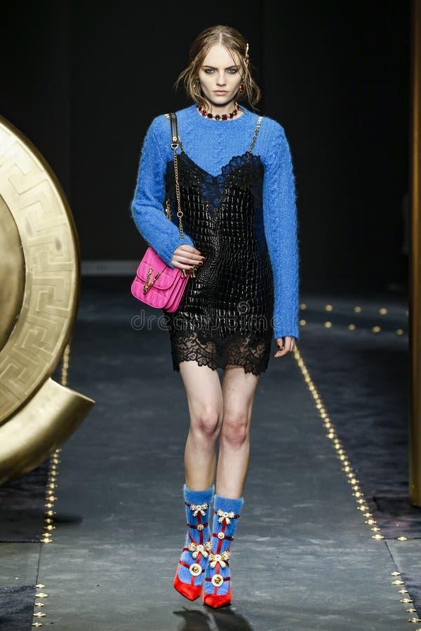 Fran Summers går landningsbanan på den Versace showen på Milan Fashion Week Autumn /Winter 2019/20 royaltyfri bild