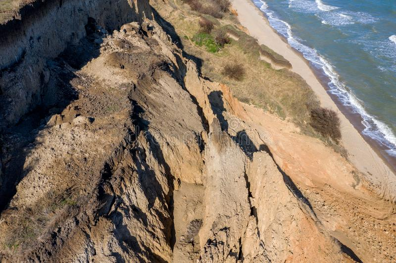 Frana della montagna in un'area in condizioni ambientali pericolosa Grande crepa in terra, discesa di grandi strati di sporcizia  immagine stock libera da diritti