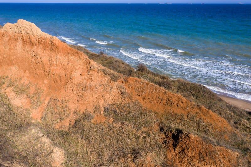 Frana della montagna in un'area in condizioni ambientali pericolosa Grande crepa in terra, discesa di grandi strati di sporcizia  fotografia stock