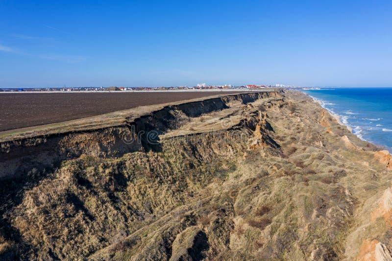Frana della montagna in un'area in condizioni ambientali pericolosa Grande crepa in terra, discesa di grandi strati di sporcizia  fotografie stock