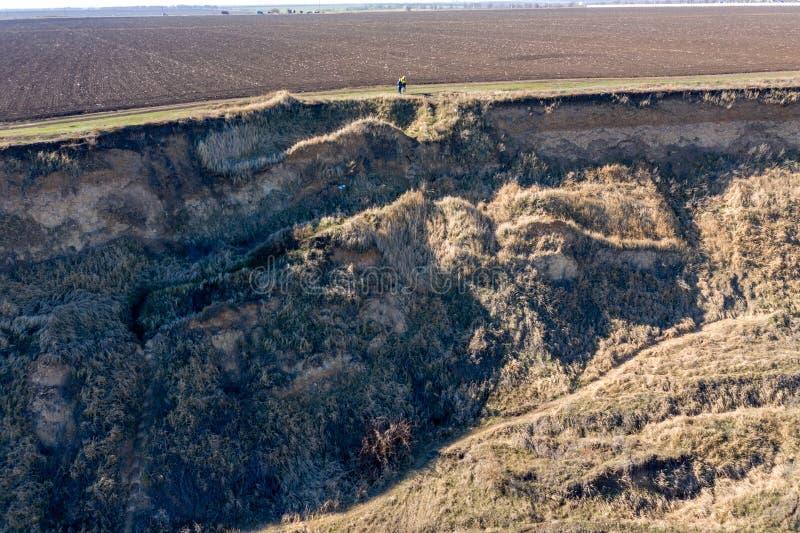 Frana della montagna in un'area in condizioni ambientali pericolosa Grande crepa in terra, discesa di grandi strati di sporcizia  fotografia stock libera da diritti