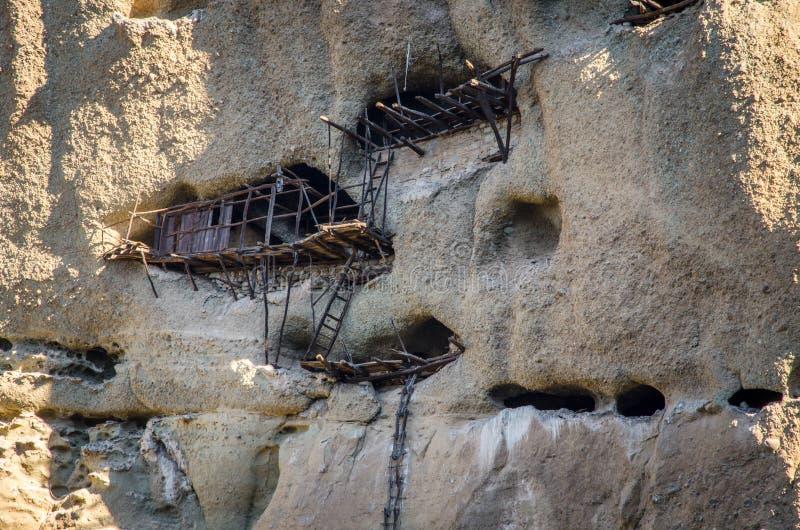 Frana la parete rocciosa - askitiria o eremi estremi sopra l'eremo della st Antonys, Meteora immagine stock