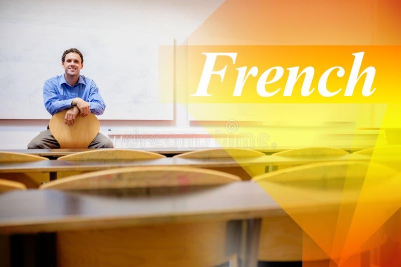Francês contra o professor masculino que senta-se na cadeira no salão de leitura imagens de stock