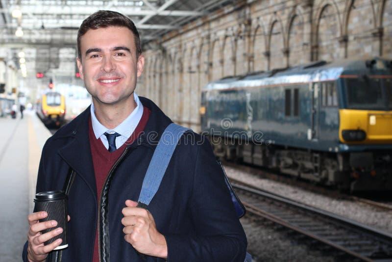 Franc d'un banlieusard dans une station de train images libres de droits