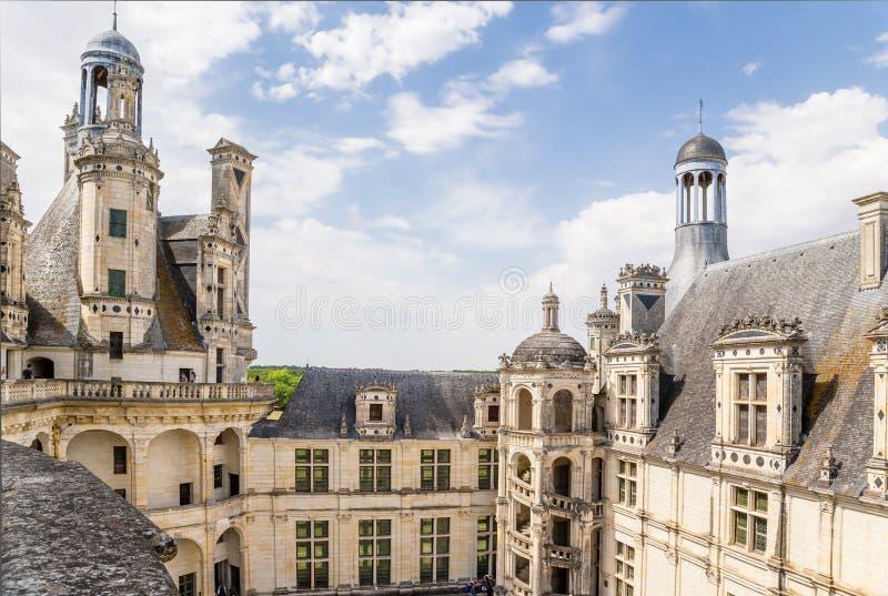 france Borggården av slotten av Chambord med en spiraltrappuppgång Lista för UNESCOvärldsarv arkivfoto