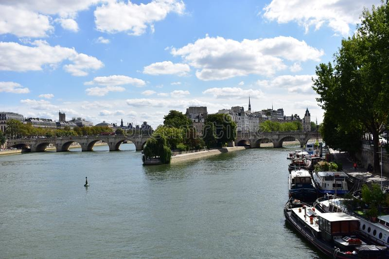 france paris Augusti 2018 Ile de la Citera från bron över Seine River royaltyfria foton